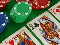 Diferencias de jugar al póker con dinero ficticio y los torneos freeroll