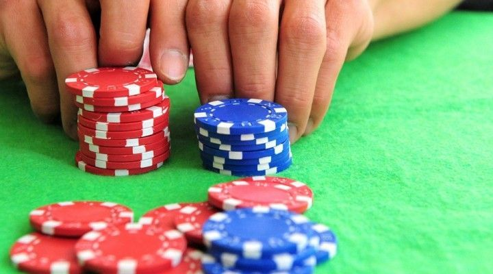 apostar fichas en el póker